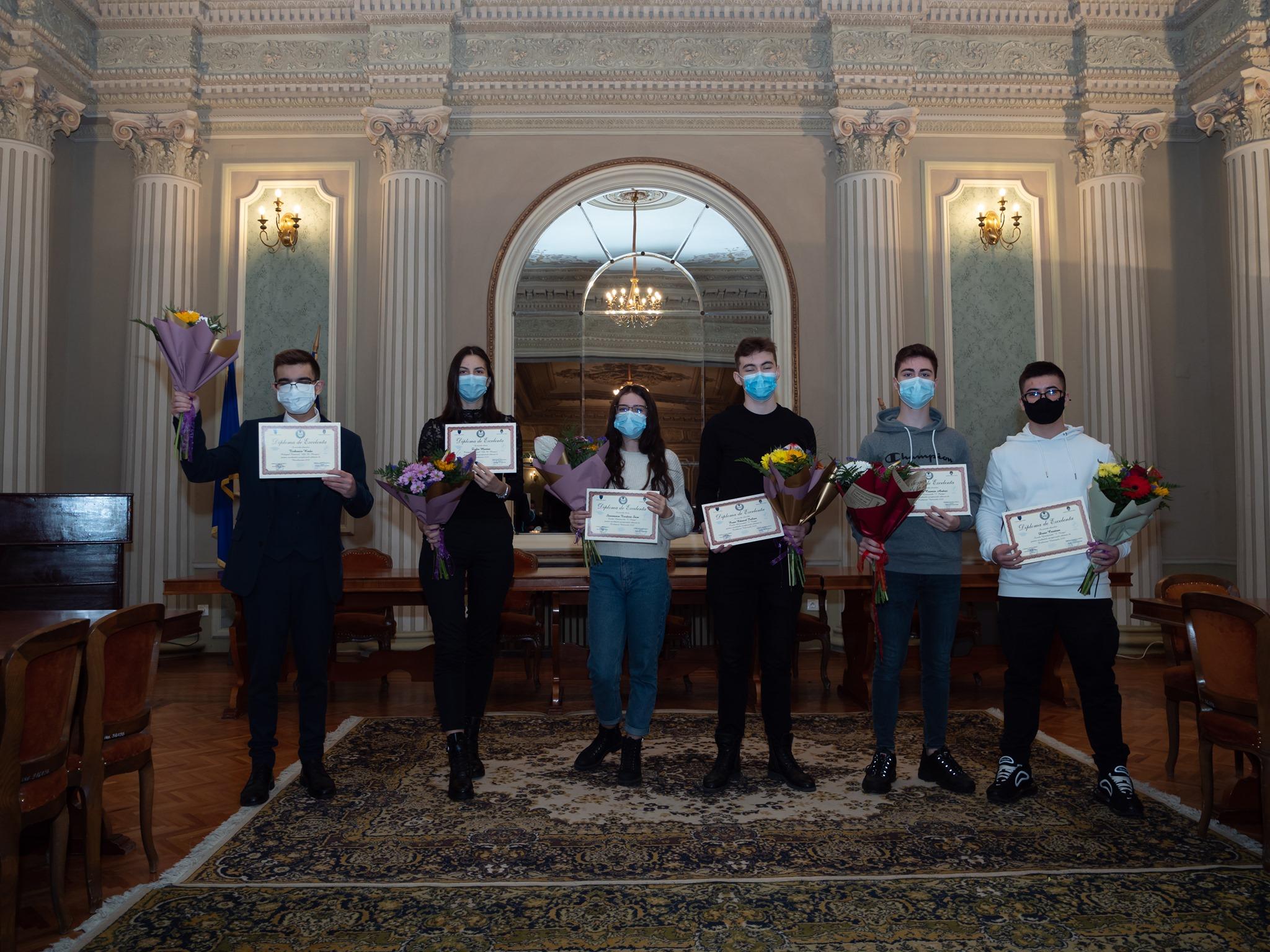 Elevii brăileni cu 10 media la examenul de Evaluare Naţională şi Bacalaureat au fost premiaţi