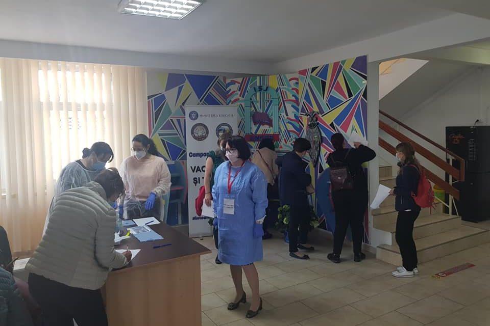 Peste 600 de elevi de la patru colegii naţionale au ales să se vaccineze în cadrul unei campanii a ISJ Argeş