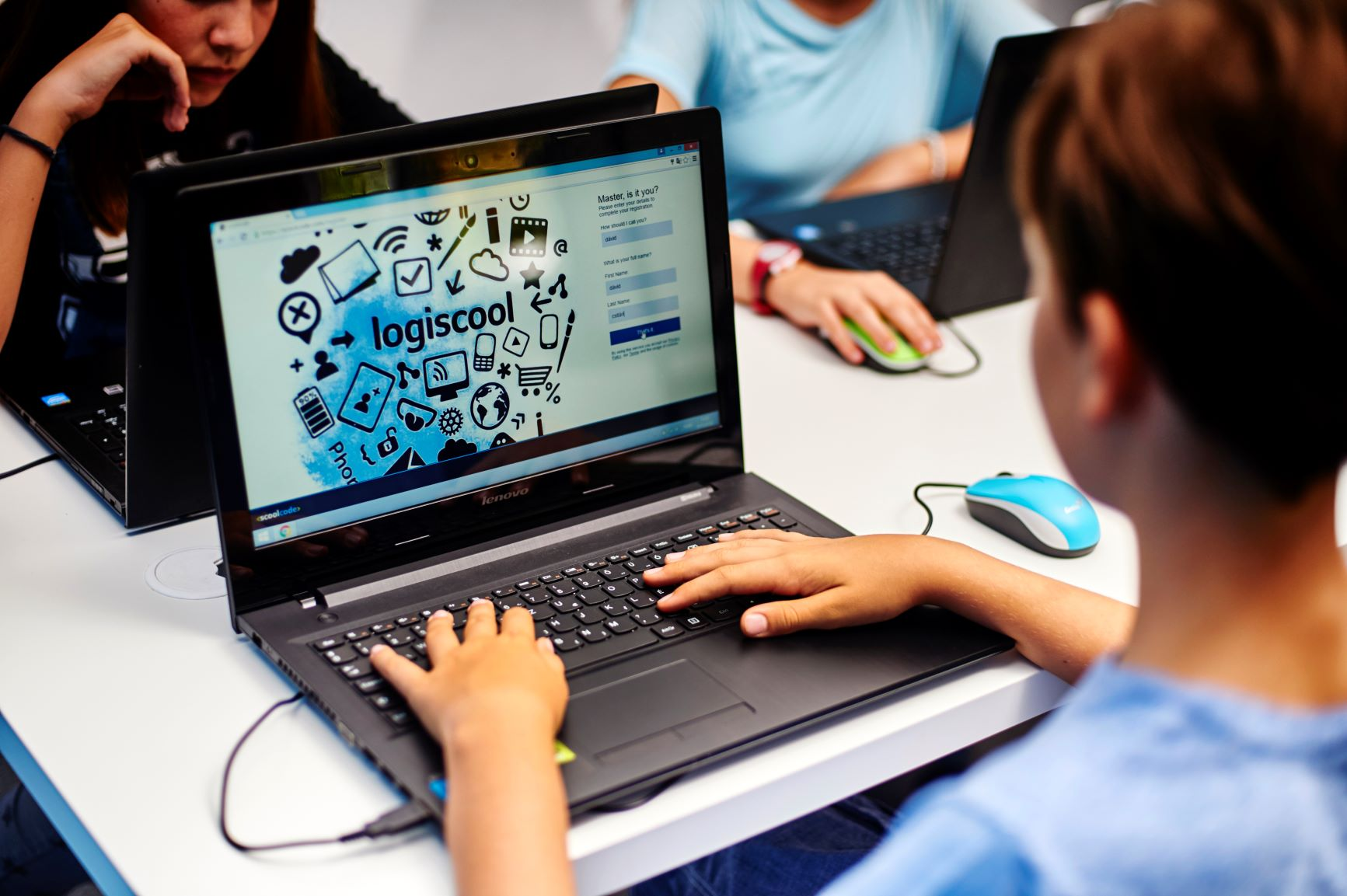 Cursurile școlii de programare pentru copii Logiscool se mută online, până la reluarea activității