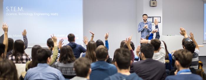 """700 de elevi de gimnaziu și liceu din România au participat la tutorialele de programare """"Minecraft"""", oferite de Microsoft România și Asociația Techsoup în cadrul Hour of CodeT"""