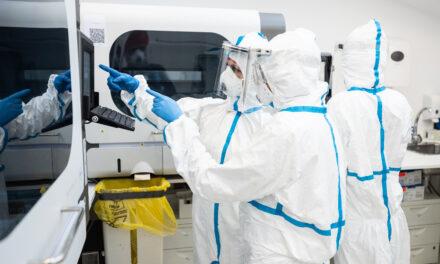 Un studiu desfășurat recent de REGINA MARIA asupra răspunsului imun postvaccinal sugerează că femeile dezvoltă un titru mai mare de anticorpi împotriva SARS-CoV-2 decât bărbații