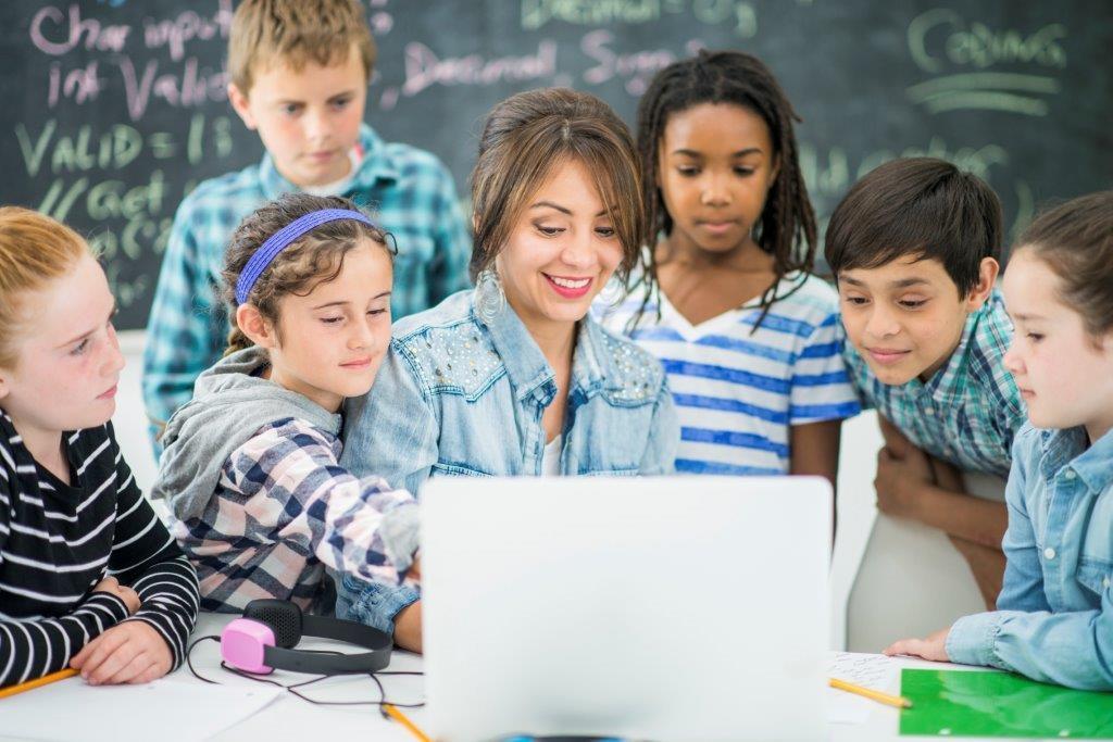 10.000 de cadre didactice îşi vor evalua gratuit competenţele de predare digitală