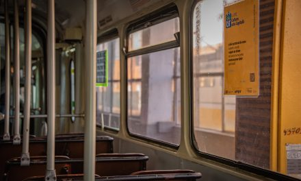 """Universitatea de Vest lansează proiectul """"Timişoara (re)citeşte"""", în mijloacele de transport public"""