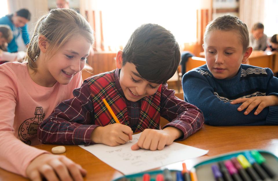 Una din trei țări nu întreprinde nicio acțiune pentru a ajuta elevii să recupereze pierderile din procesul de învățare după închiderea școlilor din cauza COVID-19
