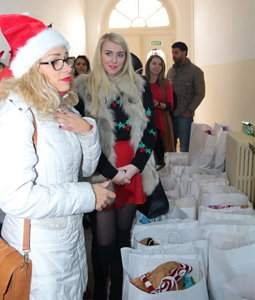 """Studenții Facultății de Medicină Dentară din cadrul UVVG au oferit cadouri copiilor de la Școala Gimnazială """"Iosif Moldovan"""" din Arad"""