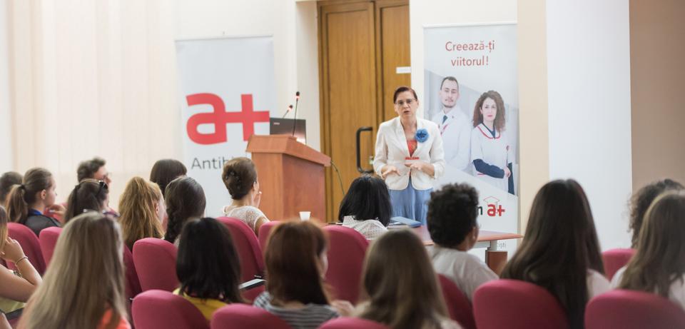 """Farmaciștii din Antibiotice, față în față cu elevii din proiectul """"Alege să fii farmacist"""""""