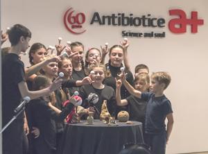 Angajații Antibiotice susțin 70 de elevi aflați în risc de abandon școlar