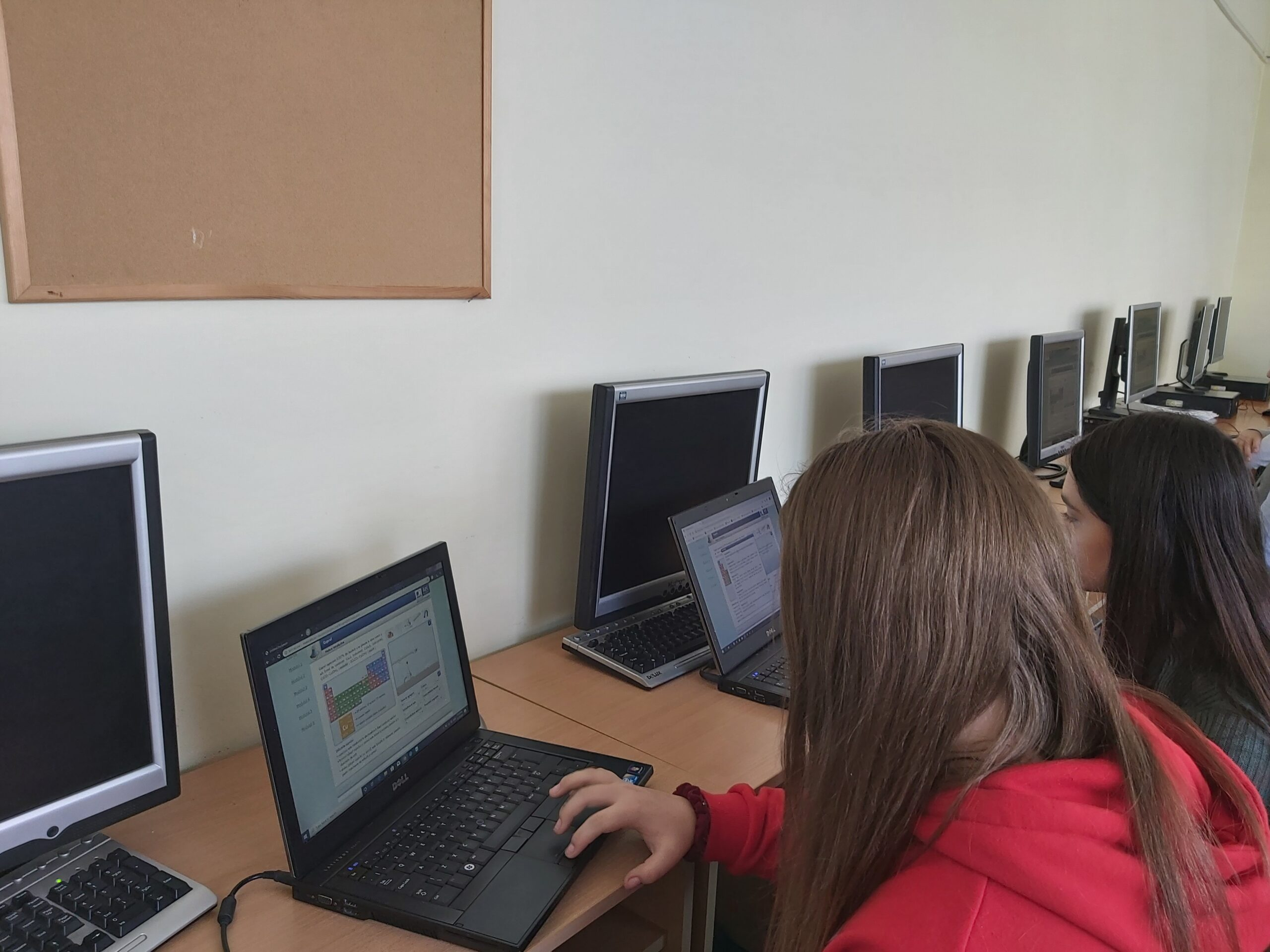 Proiectul Intră în cercul solidarITății dotează 14 instituții de învățământ cu echipamente IT