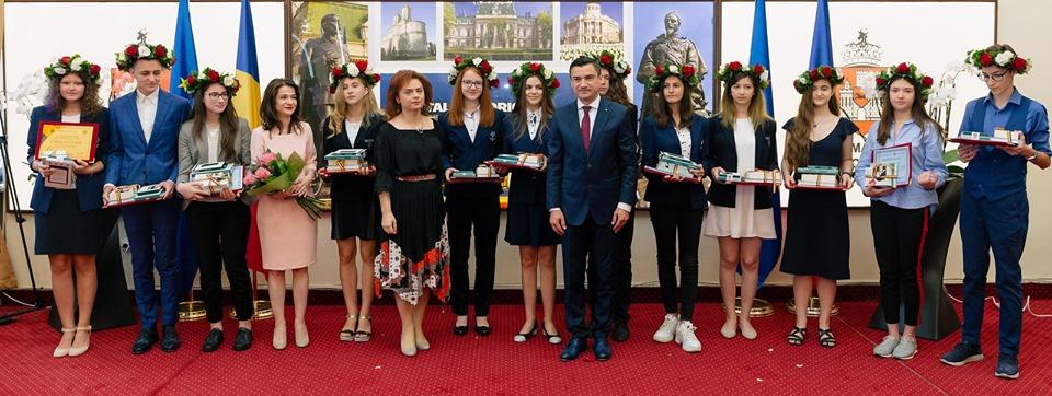 Elevii ieșeni de 10 de la Evaluarea Naţională şi Bacalaureat au fost premiaţi de municipalitate