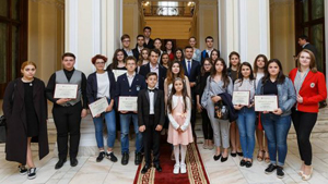Primarul Municipiului Iași i-a felicitat pe cei mai buni dintre elevii din acest an școlar