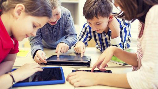 Inspectoratul Şcolar Brăila va cumpăra peste 2.400 de tablete pentru elevii ce provin din familii defavorizate
