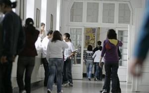Regulament nou: sunt interzise serviciul pe şcoală, sancţionarea elevilor care nu poartă uniformă şi telefoanele la ore