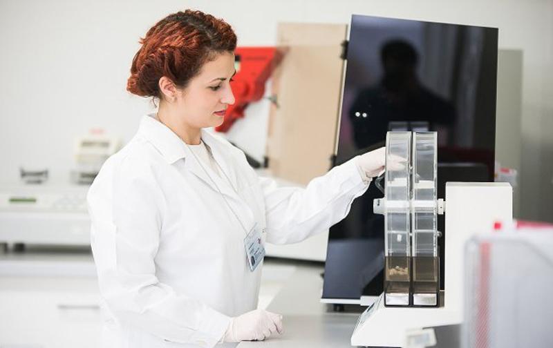Cinci motive pentru care să studiezi la Facultatea de Farmacie