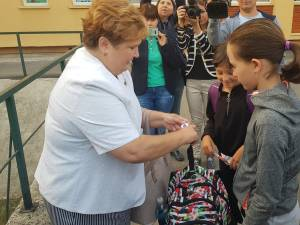 Ghiozdane de până la 11 kilograme, cântărite de şeful IŞJ la elevii unei şcoli din Suceava