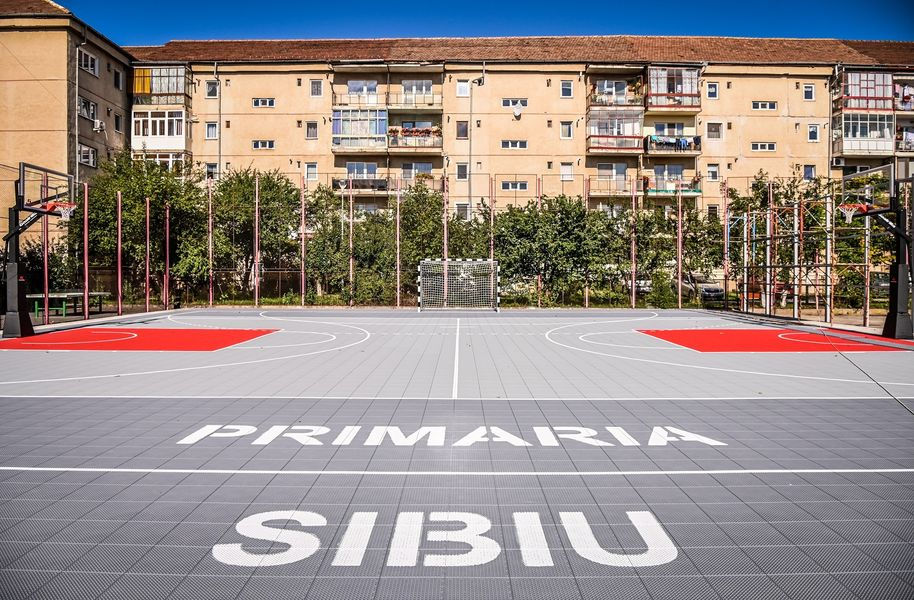 Premieră pentru un liceu din România: teren multifuncţional de joc la noile standarde