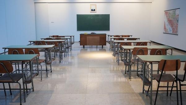Mureş: Peste 50 de cadre didactice cu boli cronice refuză să participe la cursuri în sălile  de clasă din cauza COVID-19
