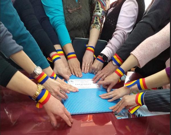 Profesori din mai multe județe au protestat cu banderole tricolore la braţ
