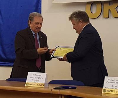 """Preşedintele ARACIS a înmânat rectorului certificatul """"Grad de încredere ridicat"""" acordat Universităţii din Oradea"""