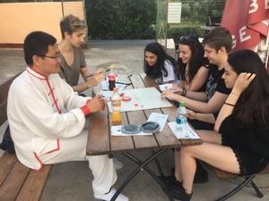 Departamentul de Limbi Moderne al UVVG Arad atrage numeroşi studenţi printr-o acţiune de promovare informală