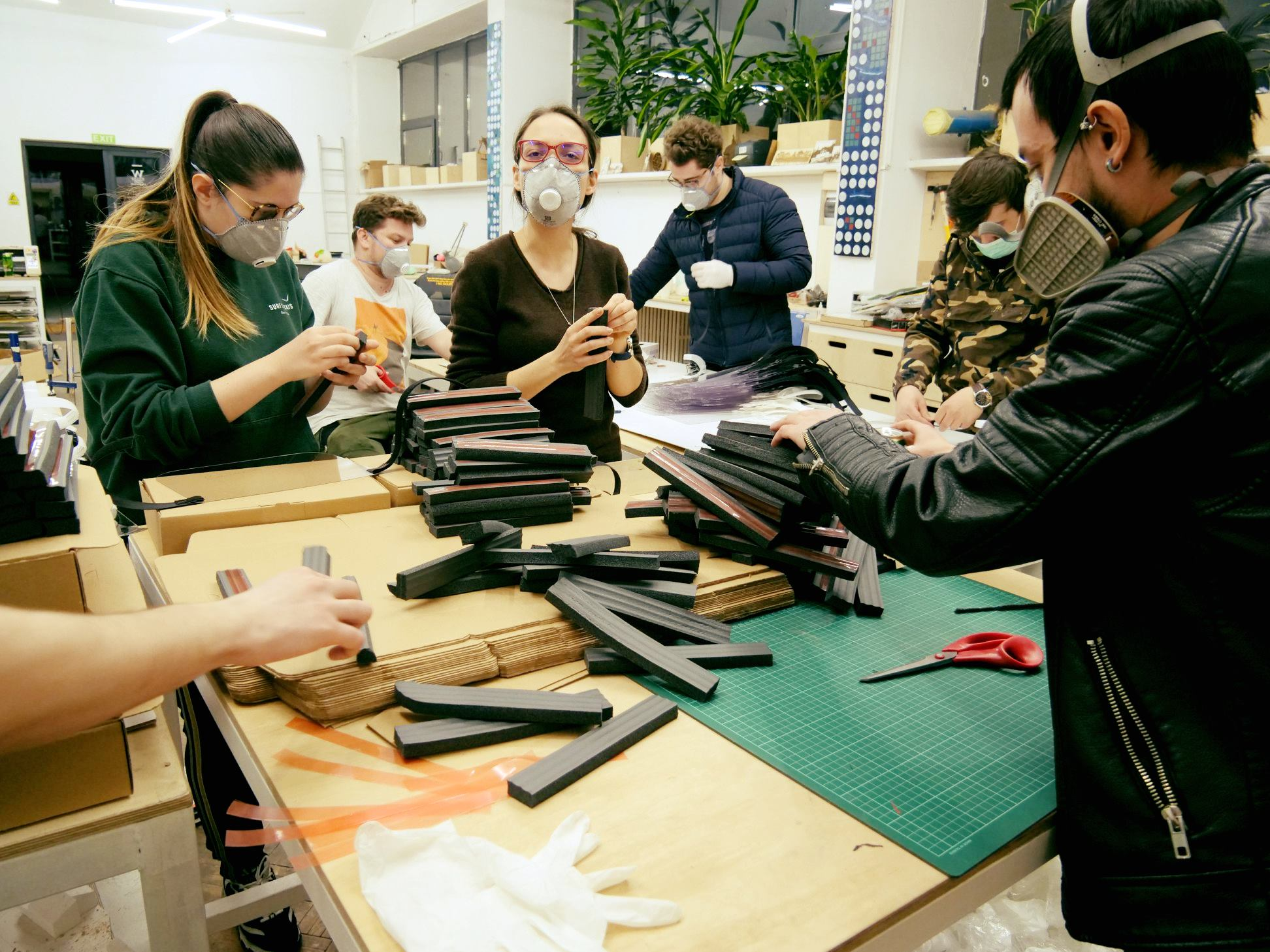 """Studenţi de la UMF """"Carol Davila"""" lucrează la soluţii de protecţie inovatoare împotriva COVID-19"""